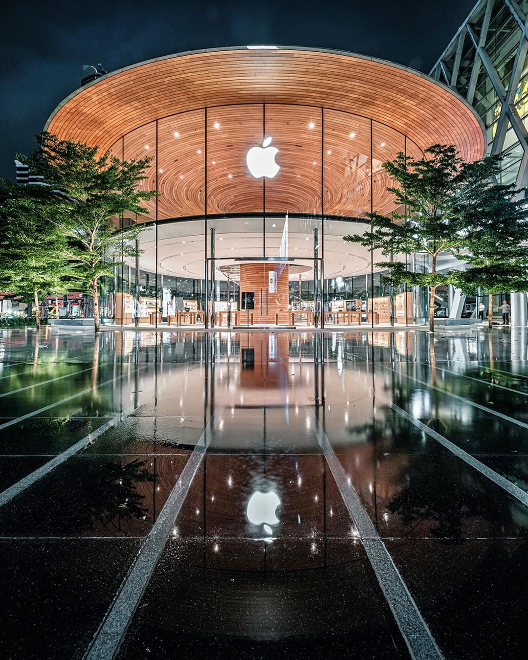 Photo by v e t i s  in Apple Central World with @apple. 圖片中可能有:戶外-1.jpg